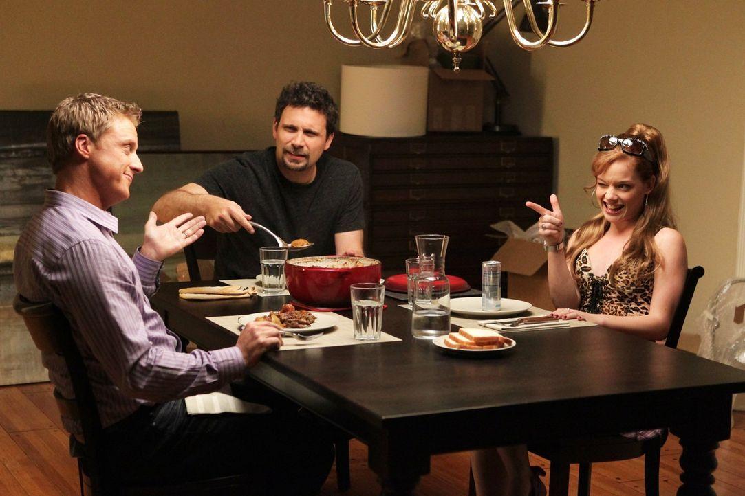 Noah Werner (Alan Tudyk, l.), hilft George (Jeremy Sisto, M.) und Tessa (Jane Levy, r.), sich in der neuen Heimat zurechtzufinden ... - Bildquelle: Warner Bros. Television