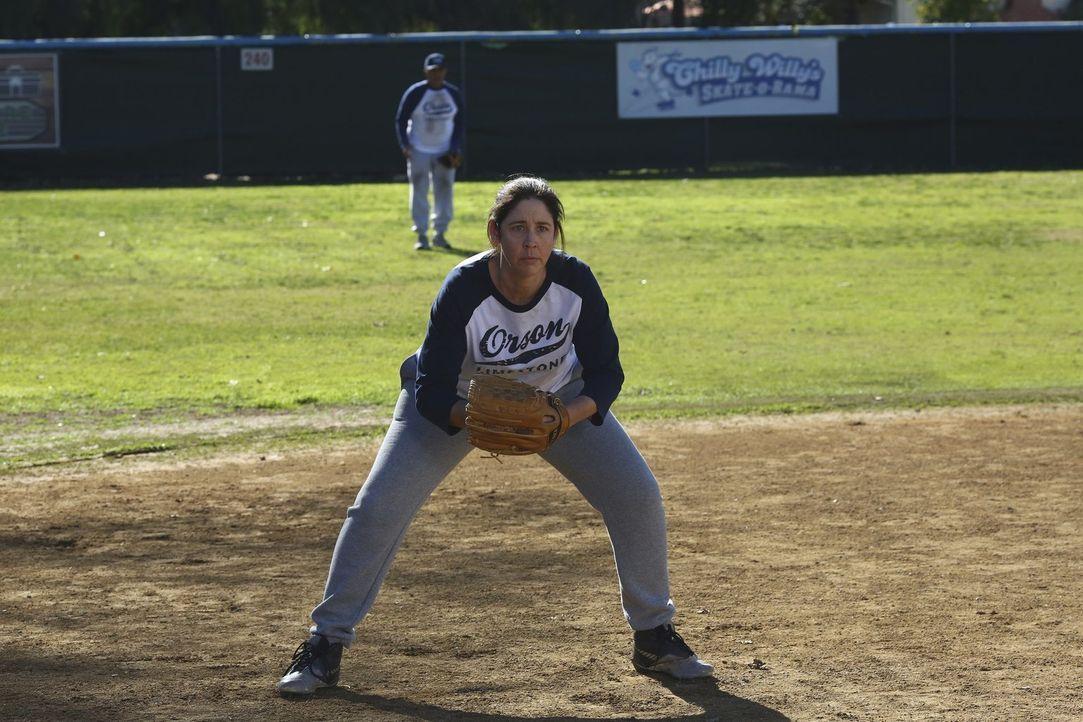 Coach Babbitt (Brooke Dillman) versucht ihr Bestes, um Mikes Softball-Team auf Erfolgskurs zu bringen, während Lexie ihre Gefühle für Axl entdeckt .... - Bildquelle: Warner Bros.