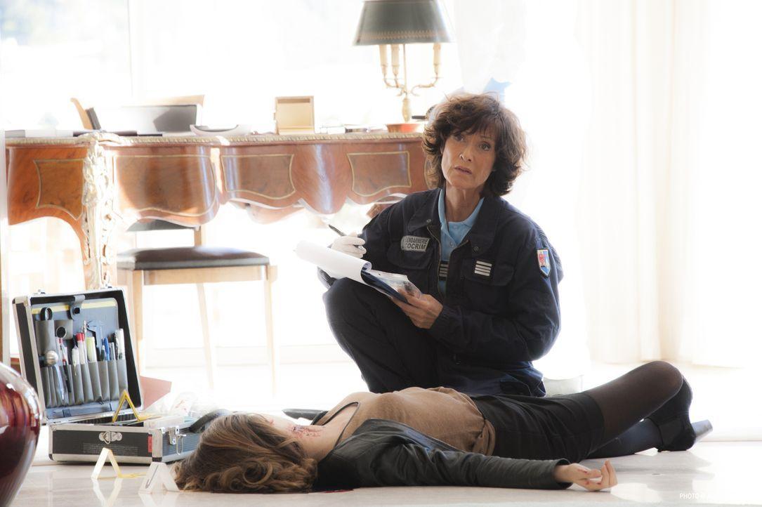 Kurz nachdem ein jungen Mann gestorben ist, weil er ihre Handtasche vor einem Dieb retten wollte, wird auch Anne-Laure de la Ferrière (Blandine Marm... - Bildquelle: Jean Louis PARIS