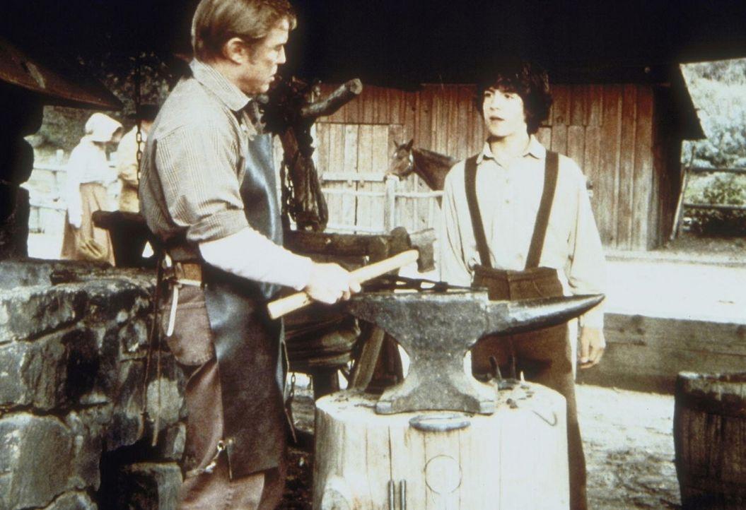 Albert Ingalls (Matthew Laborteaux, r.) bittet den Schmied Irv Hartwig (Richard Jaeckel, l.), ihm einen Job zu geben, damit er seine Heiratspläne v... - Bildquelle: Worldvision