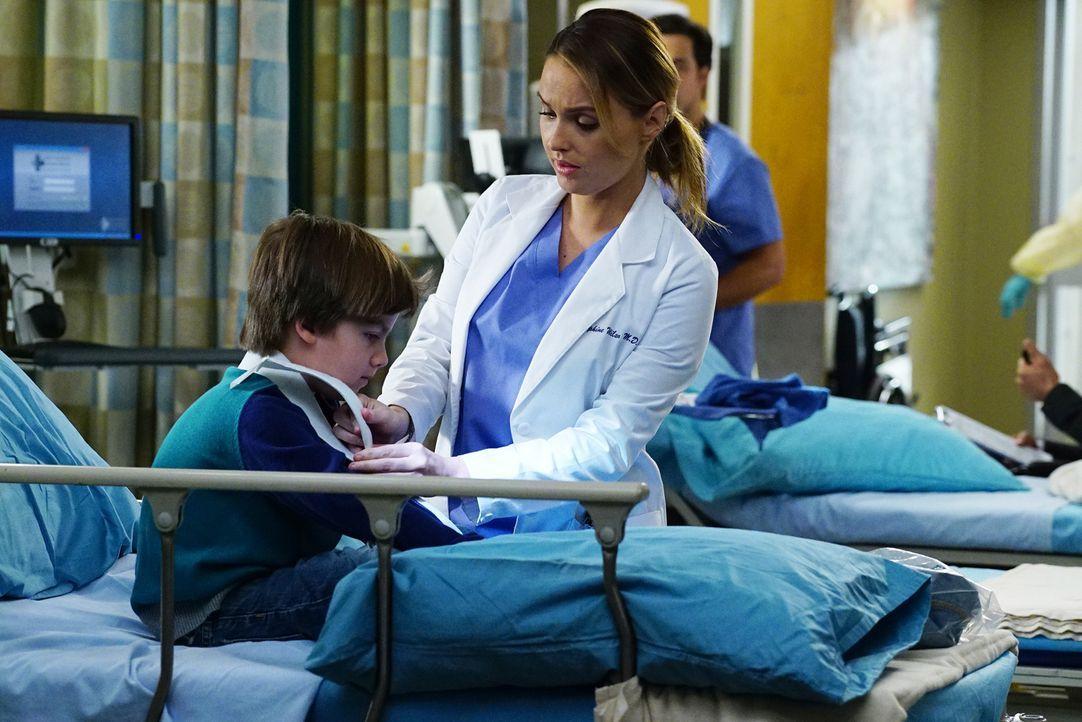 Jo (Camilla Luddington, r.) kümmert sich um einen kleinen Jungen, während Bailey versucht, ihre Beziehung mit Webber wieder geradezubiegen ... - Bildquelle: Richard Cartwright 2016 American Broadcasting Companies, Inc. All rights reserved.