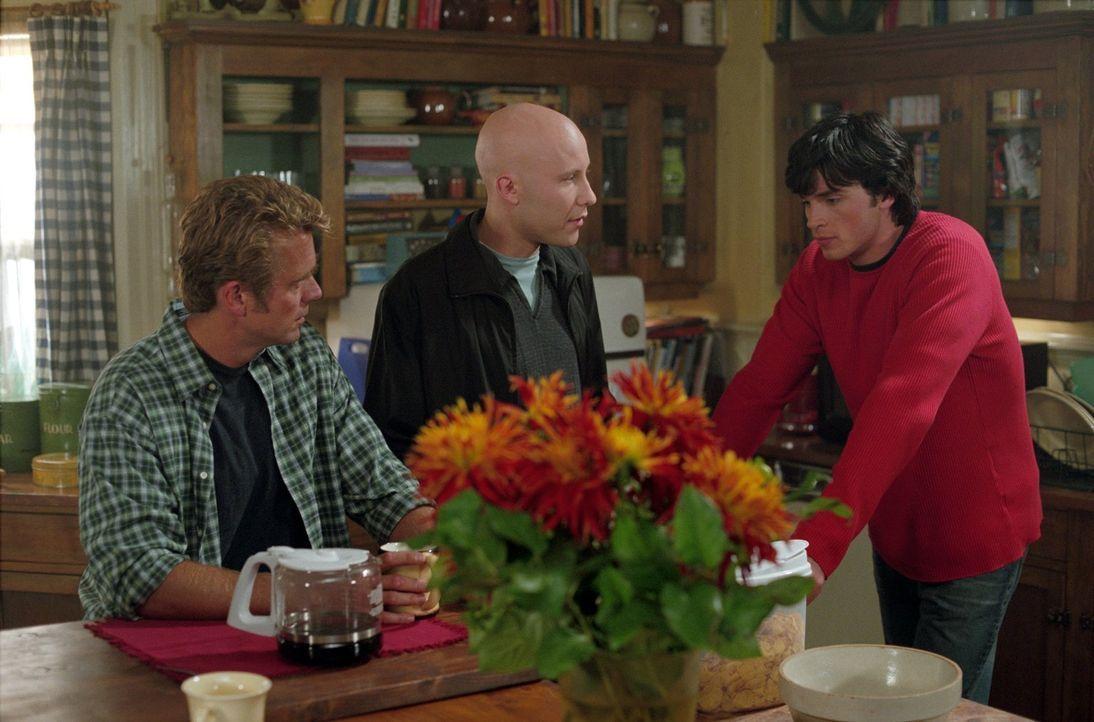 Wie soll Clark (Tom Welling, r.) seine neue Fähigkeit vor Jonathan (John Schneider, l.) und Lex (Michael Rosenbaum, M.) geheim halten? - Bildquelle: Warner Bros.