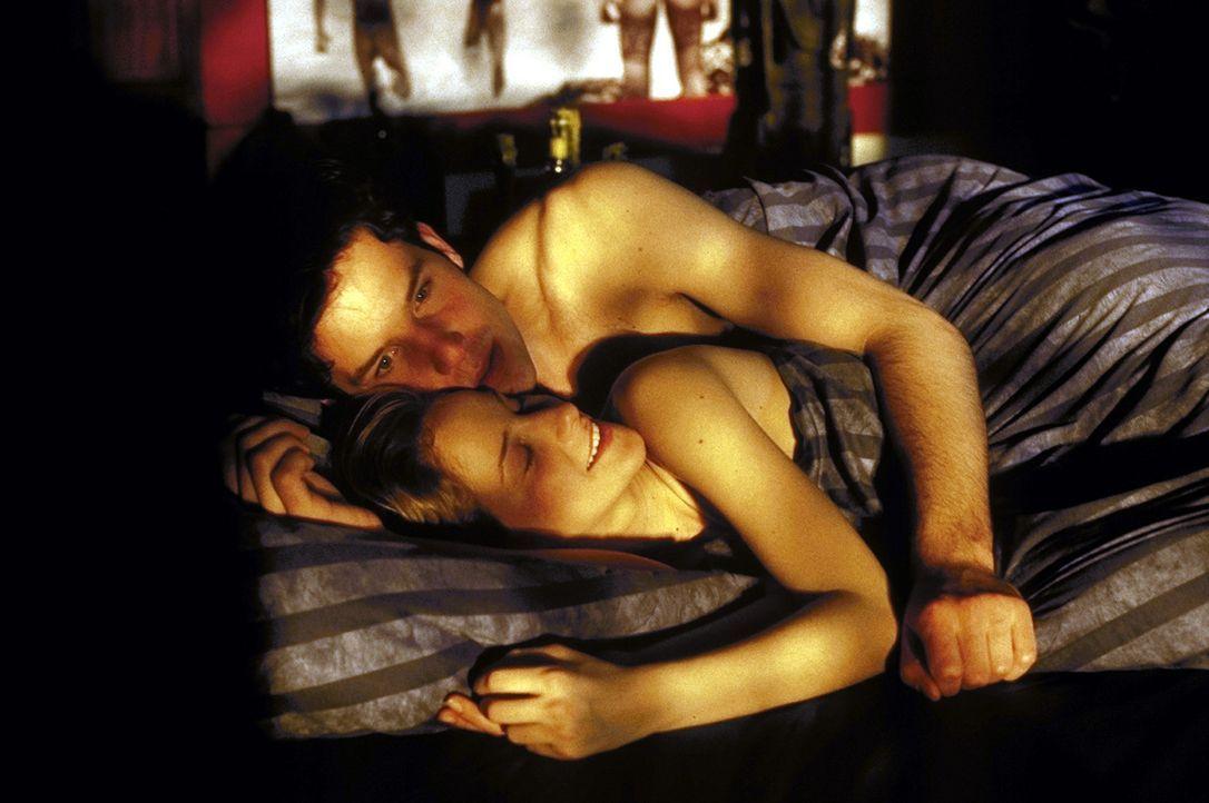 Weil sich BKA-Kommissar Martin Blank (Tim Bergmann, hinten) in die Tatverdächtige Tanja (Chiara Schoras, vorne) verliebt, versucht er, ihre Unschul... - Bildquelle: Marco Meenen ProSieben