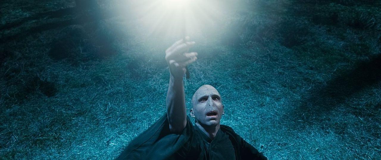 Während Harry und seine Freunde nach den Horkruxen suchen, um Lord Voldemort (Ralph Fiennes) zu schwächen, setzt dieser alles daran, seine Macht imm... - Bildquelle: 2010 Warner Bros.