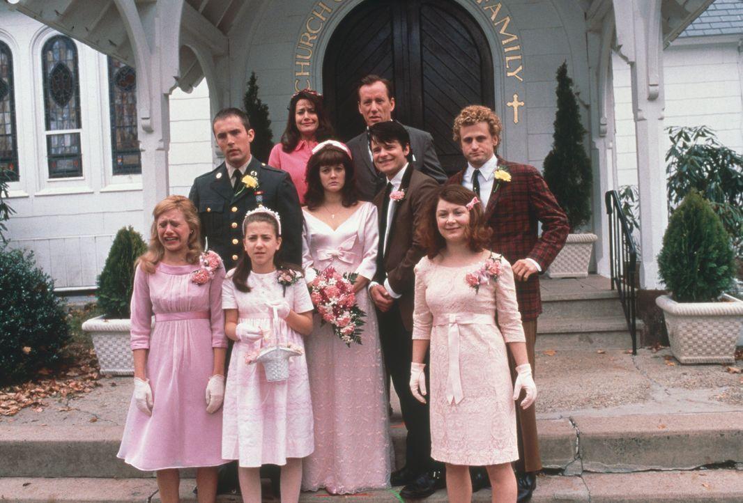 Als Beverly (Drew Barrymore, Mitte l.) schwanger wird, drängen ihre Eltern (James Woods, hinten r. und Lorraine Bracco, hinten l.) sie, den Kindsvat... - Bildquelle: 2003 Sony Pictures Television International. All Rights Reserved.