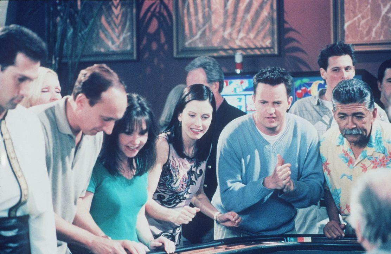 Im Spiel läuft es für Monica (Courteney Cox, M.) und Chandler (Matthew Perry, 2.v.r.) hervorragend. - Bildquelle: TM+  2000 WARNER BROS.