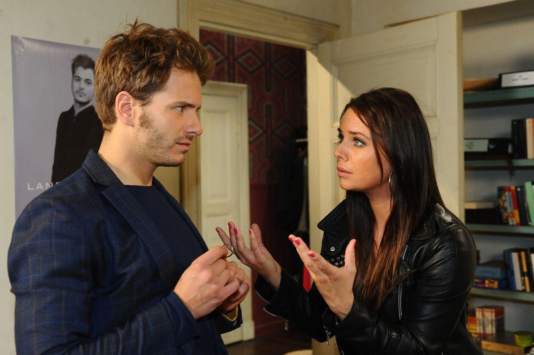 Paloma (Maja Maneiro, r.) kann nicht fassen, dass sie als Enriques (Jacob Weigert, l.) Ehefrau für seine Schulden einstehen soll. Ohnmächtig muss... - Bildquelle: SAT.1