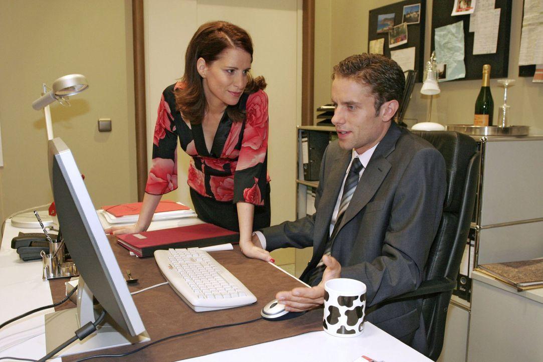 Im Internet sucht Max (Alexander Sternberg, r.) nach einem passenden Baby-Geschenk für Yvonne - und findet bei Inka (Stefanie Höner, l.) Rat. - Bildquelle: Noreen Flynn Sat.1