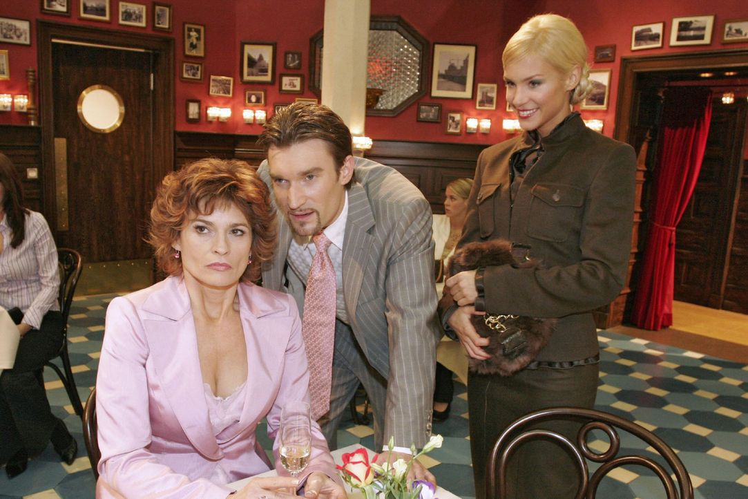 Nachdem Richard (Karim Köster, M.) Sabrina (Nina-Friederike Gnädig, r.) überraschend einen Heiratsantrag gemacht hat, lassen die beiden Sophie (G... - Bildquelle: Noreen Flynn Sat.1