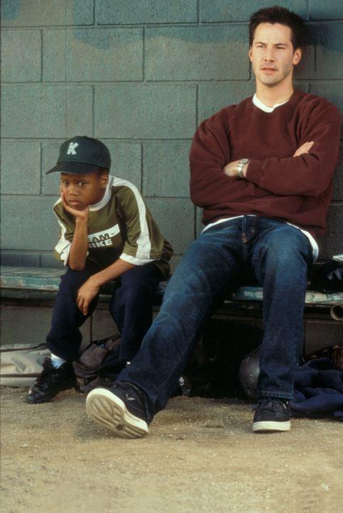 Etwas geknickt verfolgen Conor (Keanu Reeves, r.) und G-Baby (DeWayne Warren, l.) den Verlauf des Spiels ... - Bildquelle: Paramount Pictures