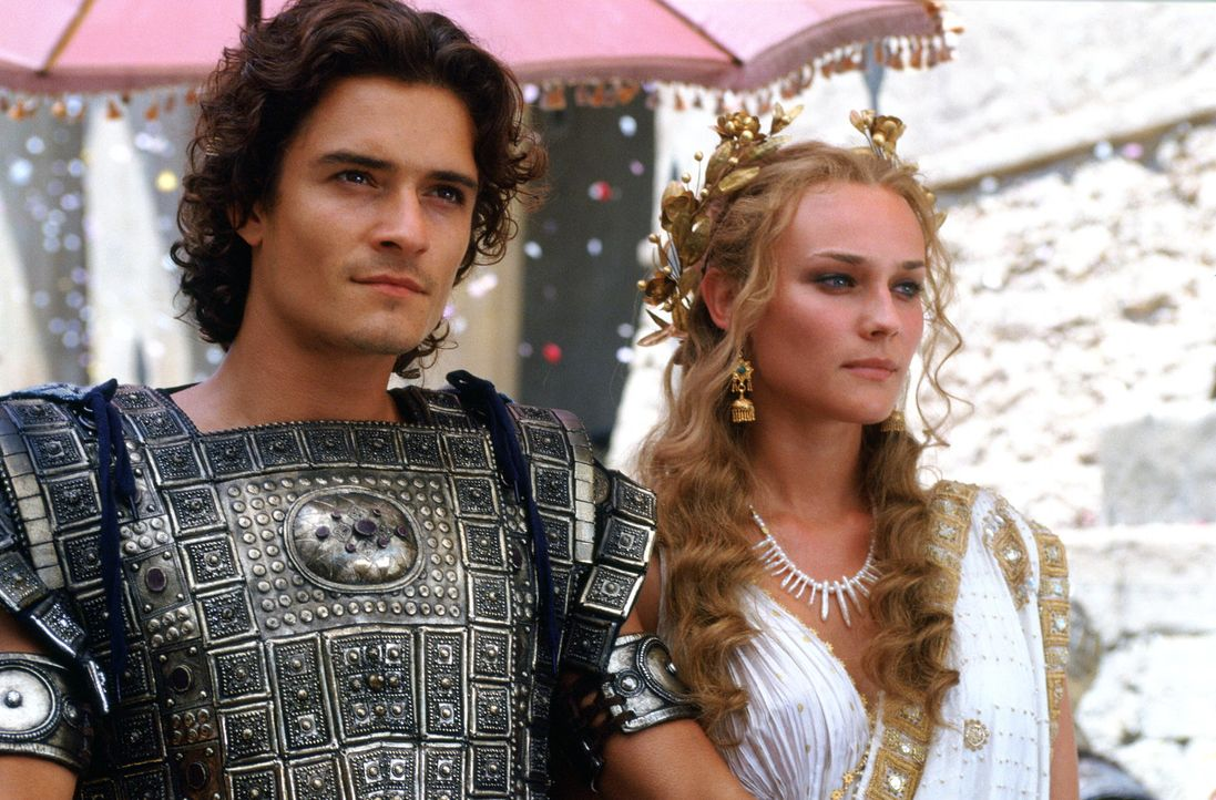 Unglücklicherweise verliebt sich der attraktive Königssohn Paris (Orlando Bloom, l.) in die schöne Helena (Diane Kruger, r.), Königin von Sparta... - Bildquelle: Warner Brothers International Television