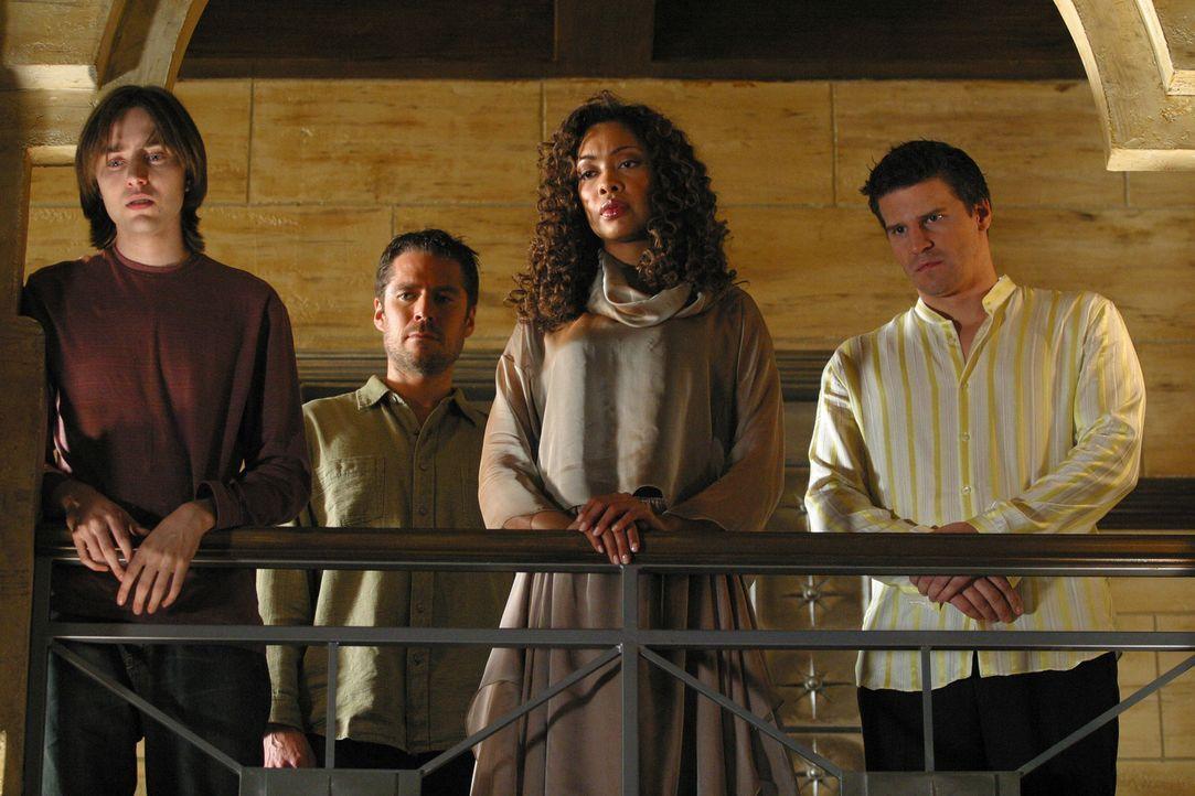 Connor (Vincent Kartheiser, l.), Wesley (Alexis Denisof, 2.v.l.) und Angel (David Boreanaz, r.) werden von Jasmines (Gina Torres, 2.v.r.) Zauber erf... - Bildquelle: The WB Television Network