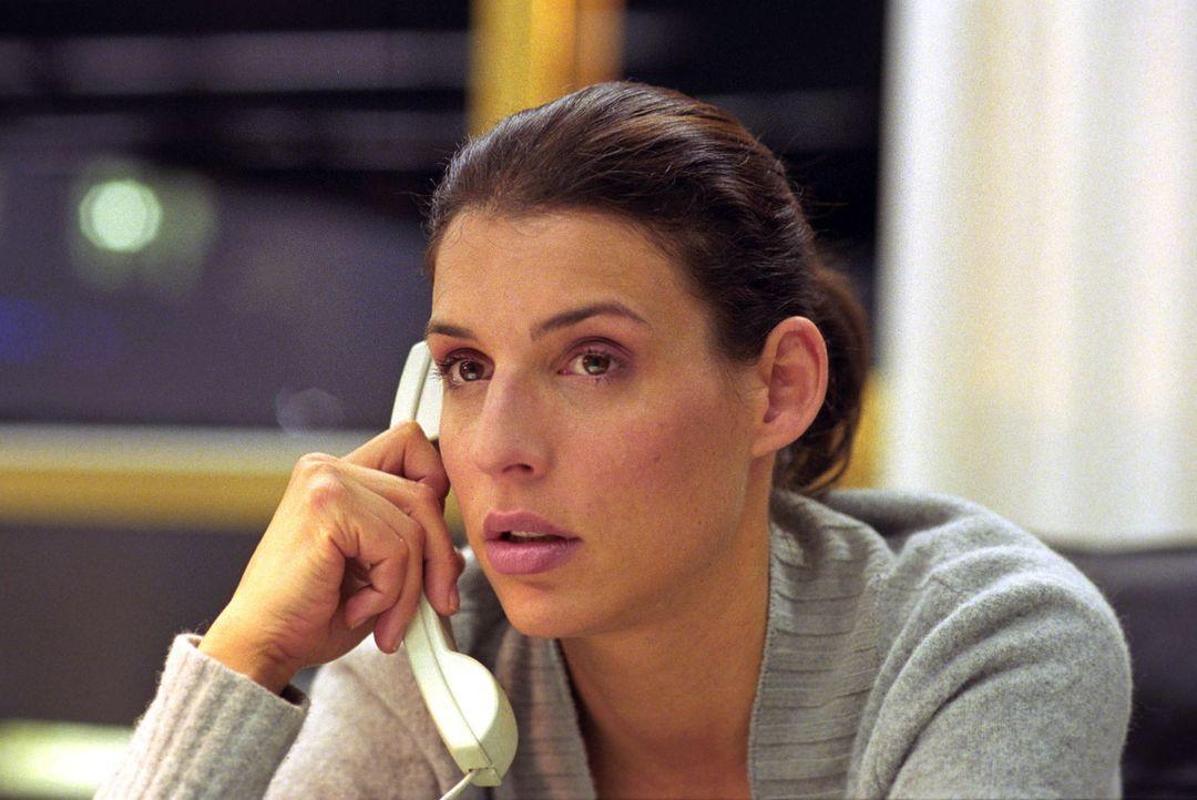 Nina (Elena Uhlig) gerät privat wie beruflich unter Druck ... - Bildquelle: Sat.1