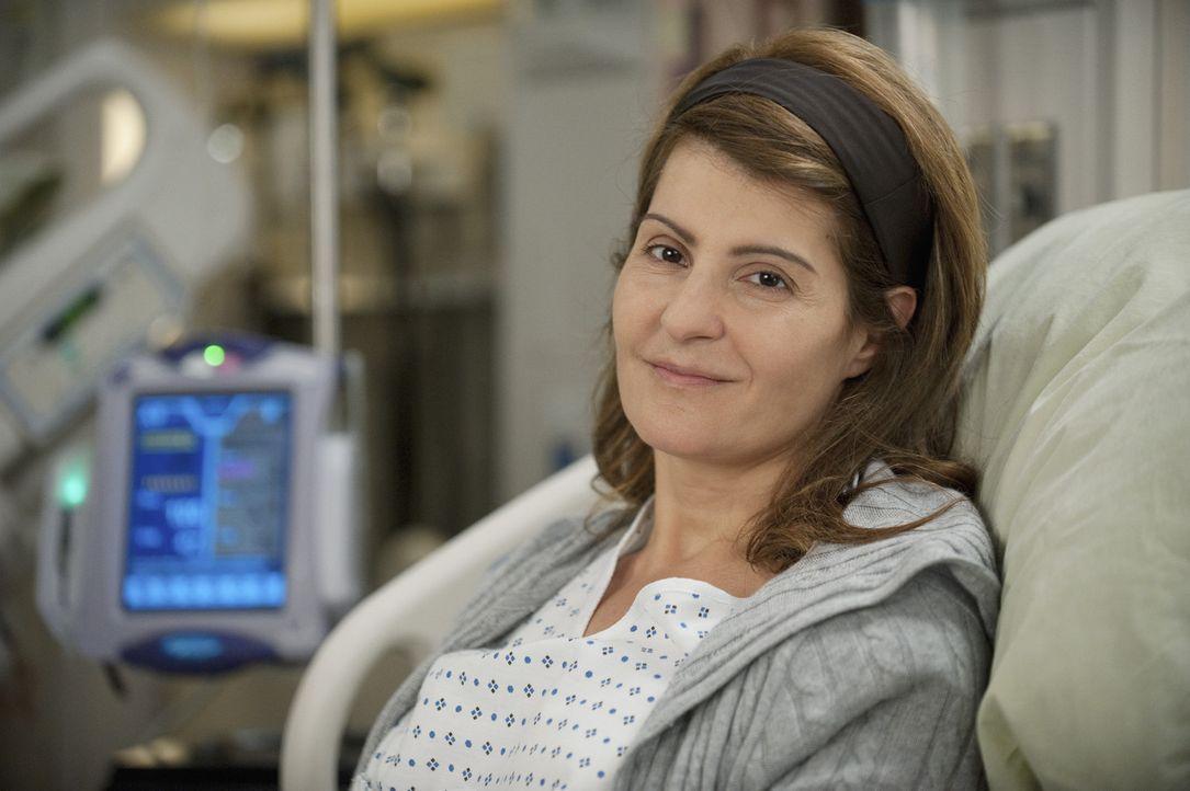 Während Derek und Lexie einen Fall übernehme, der als inoperabel gilt, erscheint Karen (Nia Vardalos) mit ihrer Schwester wegen Lebertransplantati... - Bildquelle: ABC Studios