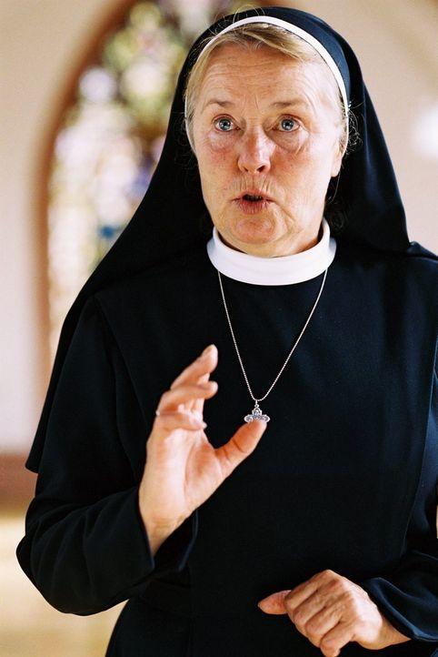 Kann Schwester Agathe (Petra Kelling), die zum Zeitpunkt des Mordes noch ein Kind war, den Ermittlern helfen? - Bildquelle: Tom Trambow Sat.1