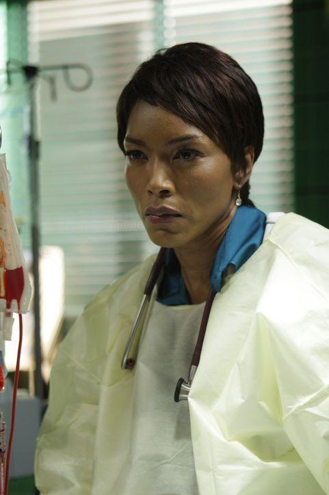 Abby gelingt es gegen die Anordnungen der neuen Chefärztin Banfield (Angela Bassett) einem Mann das Leben zu retten ... - Bildquelle: Warner Bros. Television