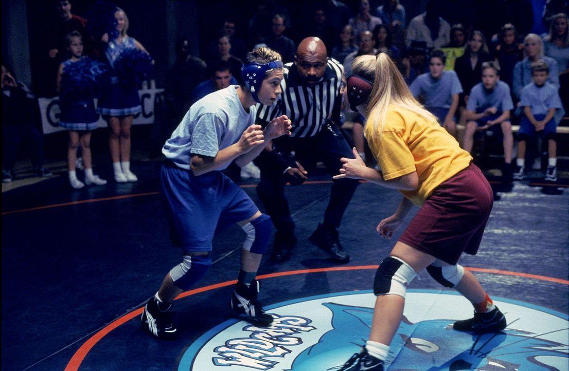 Reese (Justin Berfield, l.) tritt beim Catchen gegen ein Mädchen an ... - Bildquelle: TM +   2000 Twentieth Century Fox Film Corporation. All Rights Reserved.