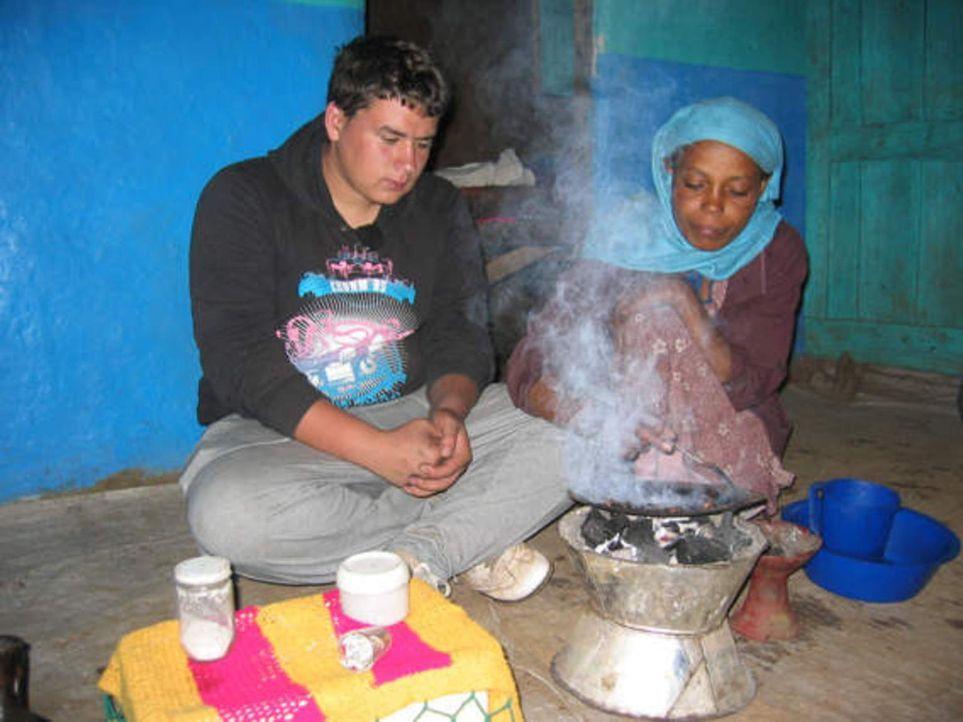 Shitaye (r.) weiht ihren Gastsohn Dennis (l.) in die Geheimnisse äthiopischer Kaffeekunst ein ... - Bildquelle: kabel eins