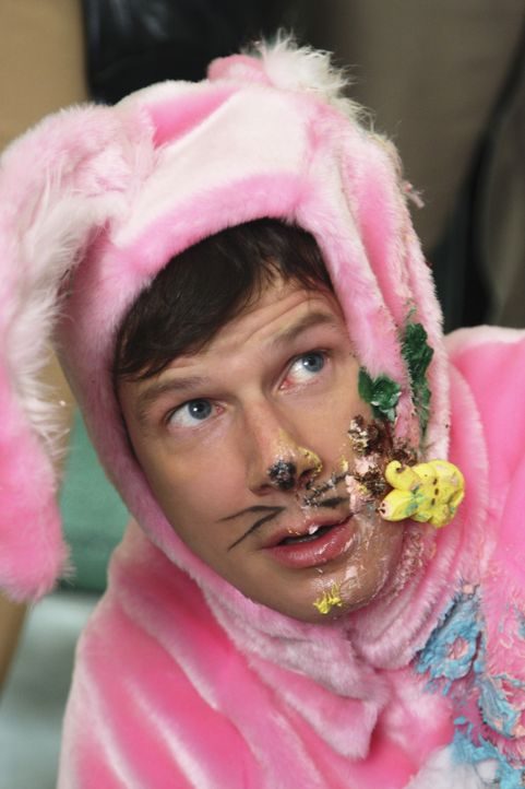 Als Osterhase verkleidet, versucht Daniel (Eric Mabius) in Kontakt mit Calvin Hartley zu kommen ... - Bildquelle: 2008   ABC Studios