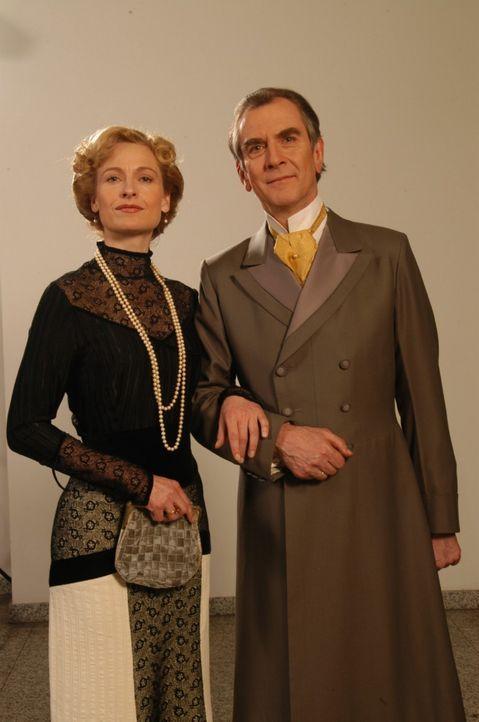 Das Ehepaar Arthur (Peter Prager, r.) und Charlotte (Mignon Remé, l.) Gravenhorst - Bildquelle: Aki Pfeiffer Sat.1