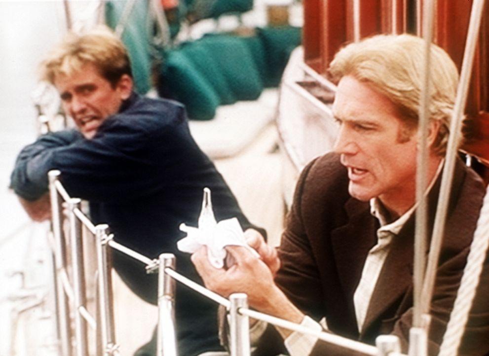 Jesse (Charlie Schlatter, l.) ist auf dem Segelboot, auf dem Steve (Barry Van Dyke, r.) in einem Mordfall ermitteln muss, seekrank geworden. - Bildquelle: Viacom