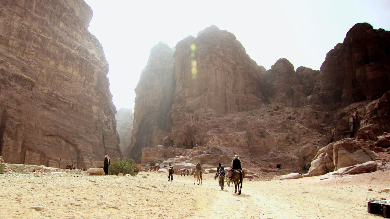 Das Team um Moderator Jamie Theakston reist dieses Mal nach Jordanien, um die antike Stadt Petra zu erkunden. Weniger als 20 Prozent des Geländes wu... - Bildquelle: Like A Shot Entertainment
