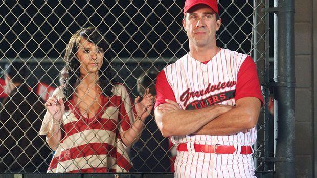 Melinda (Jennifer Love Hewitt, l.) unterhält sich am Spielfeldrand mit dem Tr...