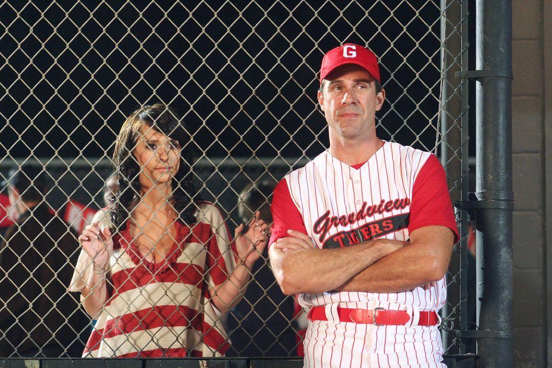 Melinda (Jennifer Love Hewitt, l.) unterhält sich am Spielfeldrand mit dem Trainer John Heath (John Mese, r.) ... - Bildquelle: ABC Studios