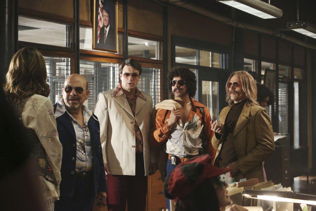 """Fast wie am Set von """"Kojak"""": Das gesamte Team hat sich in Siebziger-Jahre-Outfits geworfen, um so von Harold Metzger (Jon Polito, 2.v.l.) wichtige I... - Bildquelle: 2013 American Broadcasting Companies, Inc. All rights reserved."""