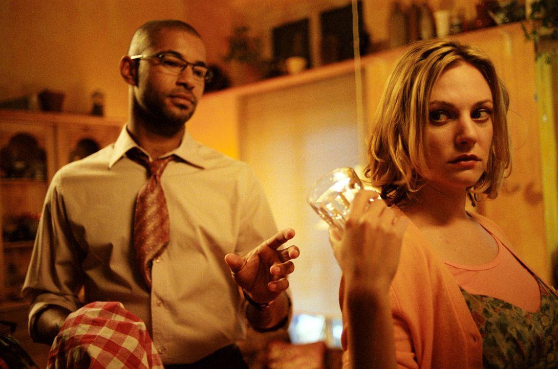 Leslie (Eva Hassmann, r.) und Koofi (Tyron Ricketts, l.) kommen sich - zunächst zwangsweise - beim Abspülen näher. - Bildquelle: Sat.1