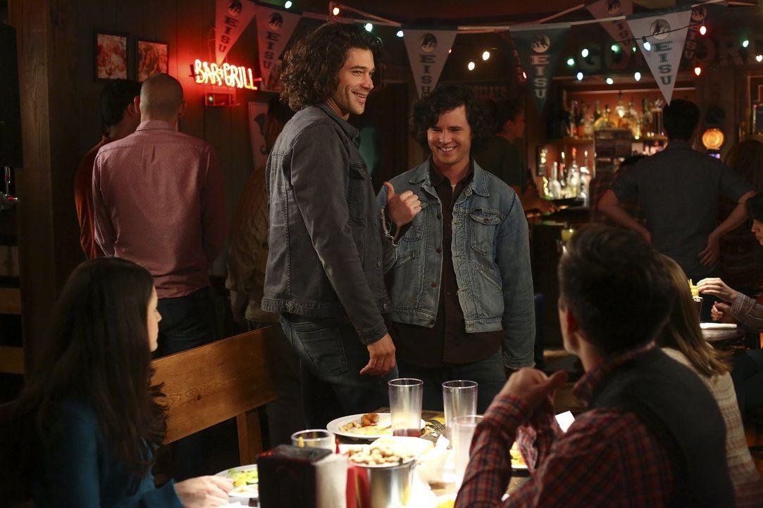 Wie wird Axl (Charlie McDermott, r.) reagieren, wenn er erfährt, dass Sue und Brad Lexie mit dem attraktiven Chester (Trent Garrett, l.) verkuppeln... - Bildquelle: Warner Bros.