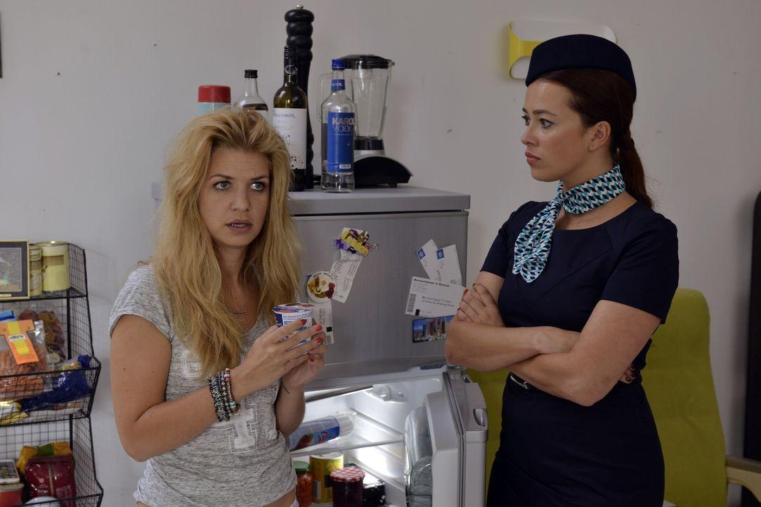 Was ist nur mit Mila (Susan Sideropoulos, l.) und Sally (Laura Osswald, r.) los? - Bildquelle: Oliver Ziebe SAT.1