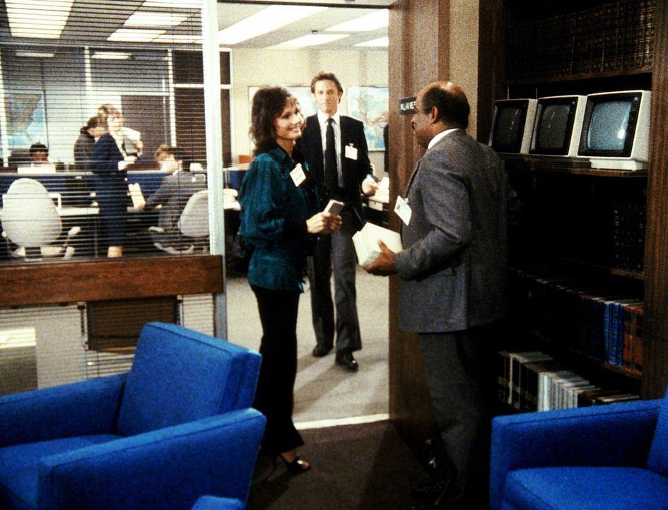 Billy (Mel Stewart, r.) verspricht seiner früheren Kollegin Rita (l.), ihr bei ihren Ermittlungen gegen eine korrupte Firma zu helfen. Lee (Bruce Bo...