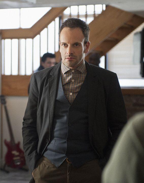 Mit hervorragender Auffassungsgabe versucht Sherlock Holmes (Jonny Lee Miller) einen neuen Kriminalfall zu lösen ... - Bildquelle: CBS Television