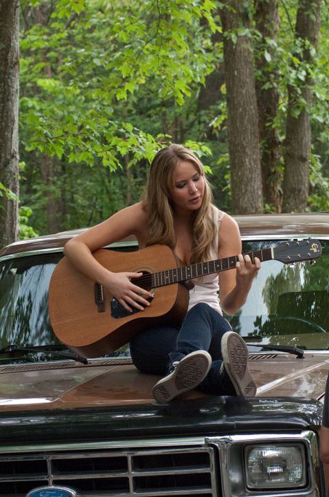 Das Dilemma, in dem sich Elissa (Jennifer Lawrence) befindet, ist nicht leicht zu lösen. Einerseits will sie in der Schule dazugehören, andererseits... - Bildquelle: 2011 HATES, LLC.  All Rights Reserved.