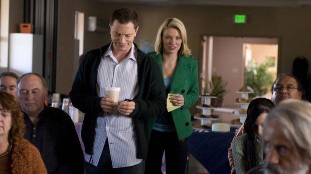 Geschockt erfährt Brandi (Nichole Hiltz, r.) von Peter (Joshua Malina, l.), w...