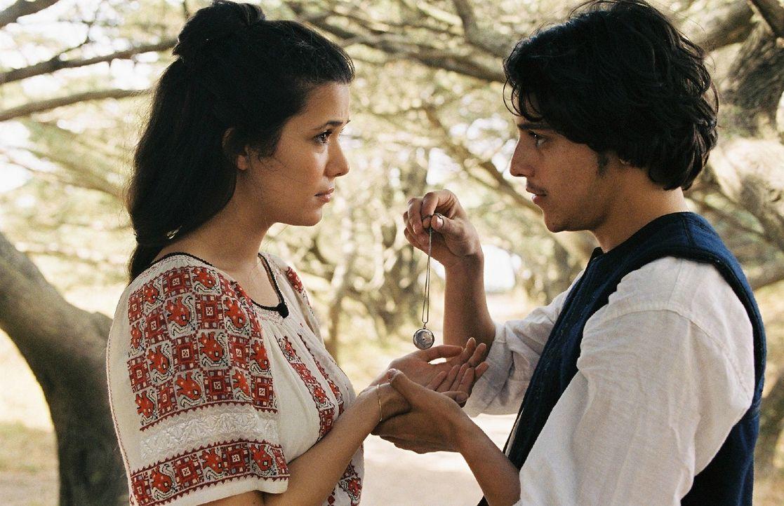 Sophia (Mélanie Doutey, l.) und Demetrios (Kostja Ullmann, r.) schwören sich ewige Liebe. - Bildquelle: Stephan Rabold Sat.1