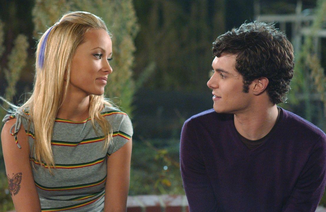 Seth (Adam Brody, r.) ahnt nicht, dass Alex' (Olivia Wilde, l.) Ex eine Frau ist ... - Bildquelle: Warner Bros. Television