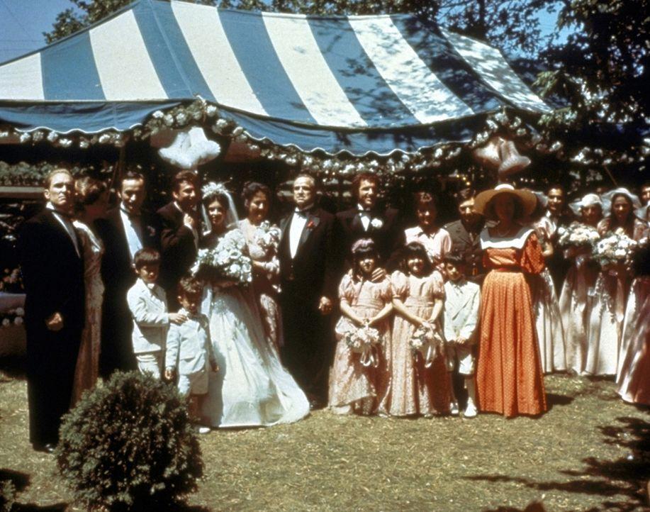 Anlässlich der Hochzeit von Connie Corleone posiert der Pate (Marlon Brando, M.) mit seiner Familie und seinen Freunden für ein Gruppenbild ... - Bildquelle: Paramount Pictures
