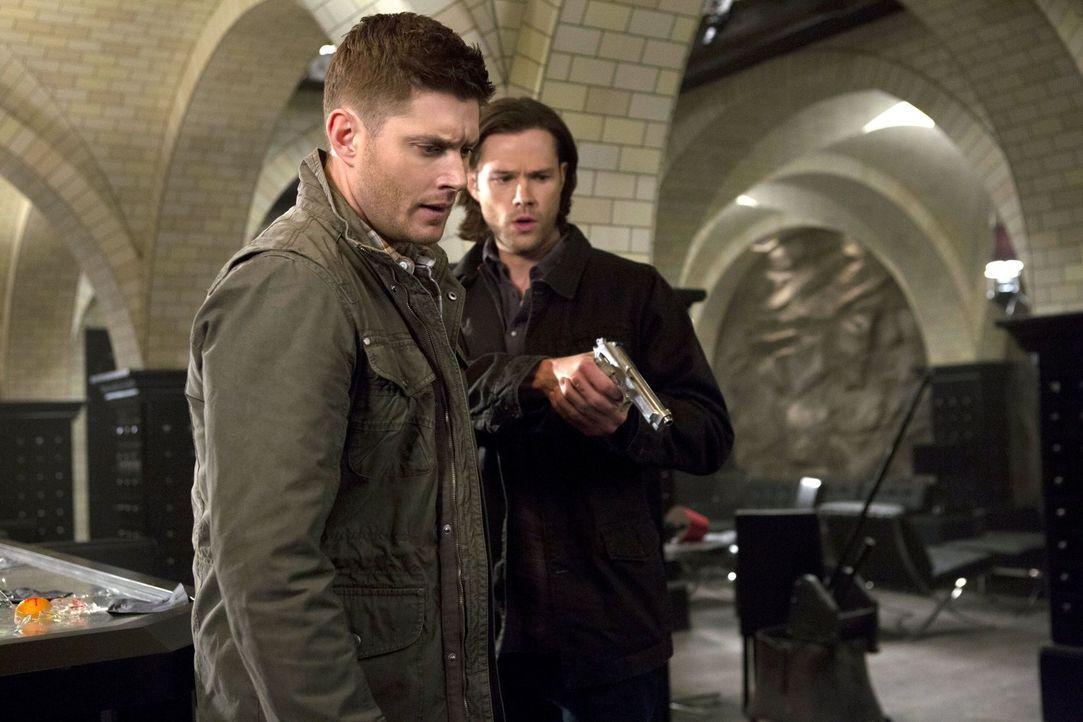 Wie werden Sam (Jared Padalecki, r.) und Dean (Jensen Ackles, l.) mit ihrer Entdeckung in Chicago umgehen? - Bildquelle: 2013 Warner Brothers