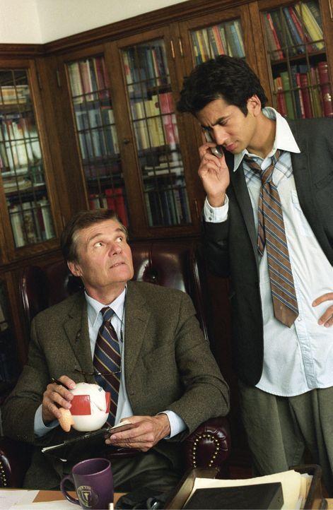 Alle in seiner Familie erwarten von Kumar (Kal Penn, r.), dass er ähnlich erfolgreich wird wie Dr. Willoughby (Fred Willard, l.). Doch der wilde Ju...