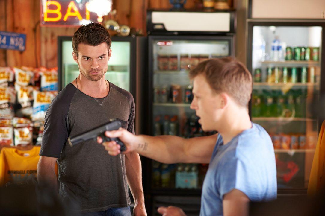 Als Joel (Daniel Gillies, l.) und Alex, meilenweit entfernt von der nächsten Stadt, in einen Überfall verwickelt werden, müssen sie plötzlich um das... - Bildquelle: 2012  Hope Zee One Inc.