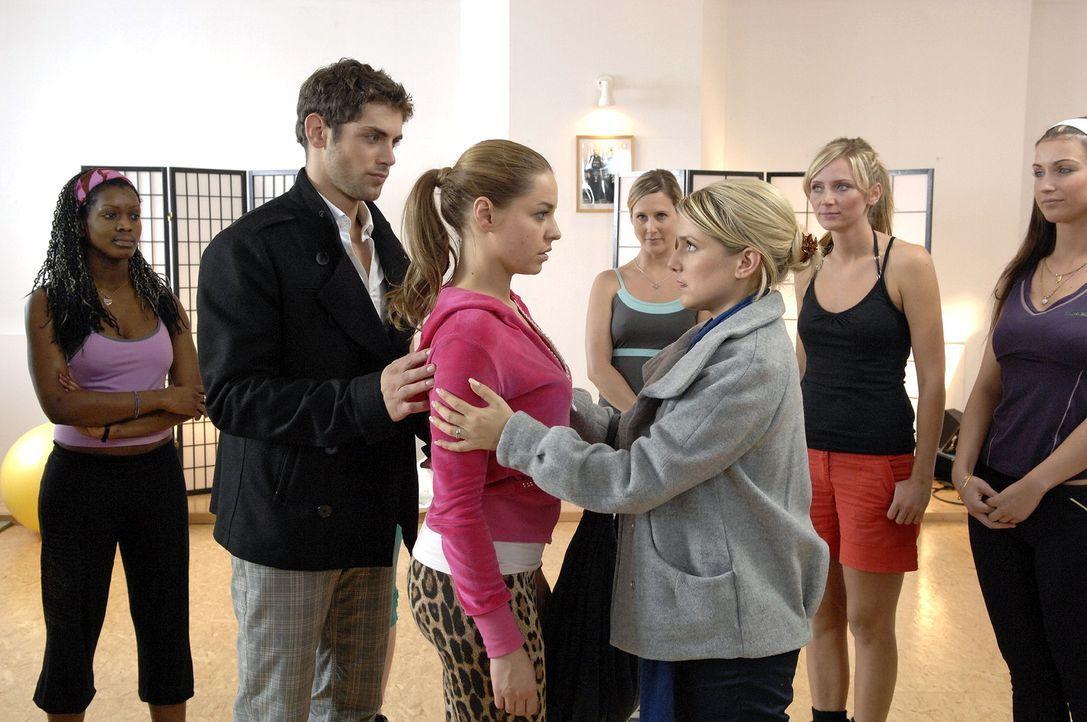 Anna (Jeanette Biedermann, vorne r.) gratuliert Katja (Karolina Lodyga, M.) und Jonas (Roy Peter Link, vorne l.) zu ihrer Verlobung. - Bildquelle: Claudius Pflug Sat.1
