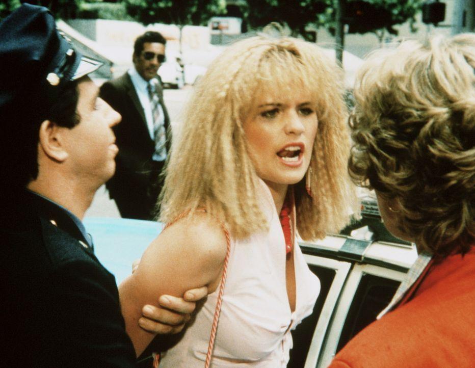 Stephanie (Kristy Swanson, M.) ist schon wieder von der Polizei aufgegriffen worden. Heftig widersetzt sie sich der Verhaftung. - Bildquelle: ORION PICTURES CORPORATION. ALL RIGHTS RESERVED.