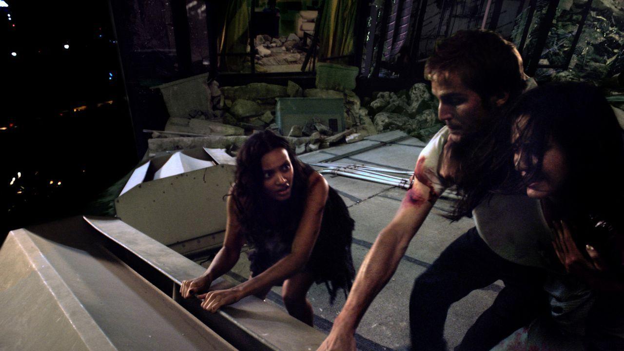 Gemeinsam machen sich Lily (Jessica Lucas, l.), Marlena (Lizzy Caplan, r.) und Rob (Michael Stahl-David, M.) daran, Beth aus ihrer gefährlichen Lage... - Bildquelle: Paramount Pictures
