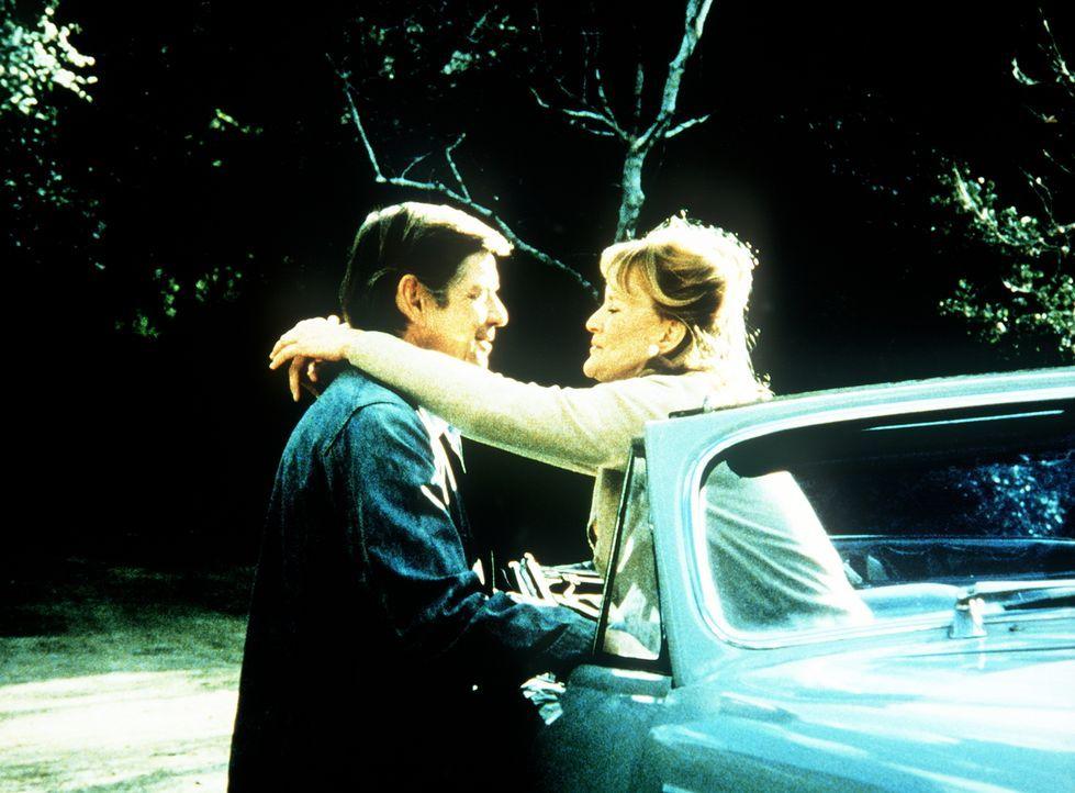 Callie May Jordan (Dorothy Tristan, r.) hat ihre alten Gefühle für John Walton (Ralph Waite, l.) wiederentdeckt. - Bildquelle: WARNER BROS. INTERNATIONAL TELEVISION
