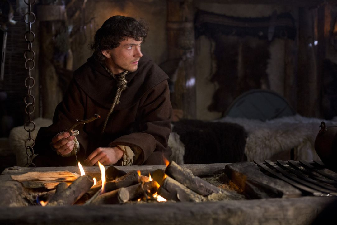 Nach wie vor hat Bruder Athelstan (George Blagden), ein angelsächsischer Mönch, große Probleme damit, sich im Haushalt von Ragnar einzuleben. Die fr... - Bildquelle: 2013 TM TELEVISION PRODUCTIONS LIMITED/T5 VIKINGS PRODUCTIONS INC. ALL RIGHTS RESERVED.