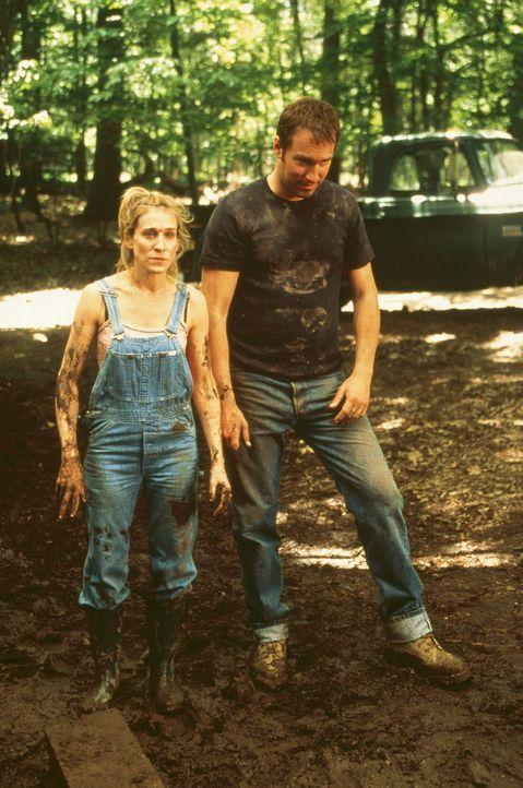 Carrie (Sarah Jessica Parker, l.) empfindet das zweite Wochenende noch schlimmer als das erste, aber Aidan (John Corbett, r.) zuliebe erklärt sie si... - Bildquelle: Paramount Pictures