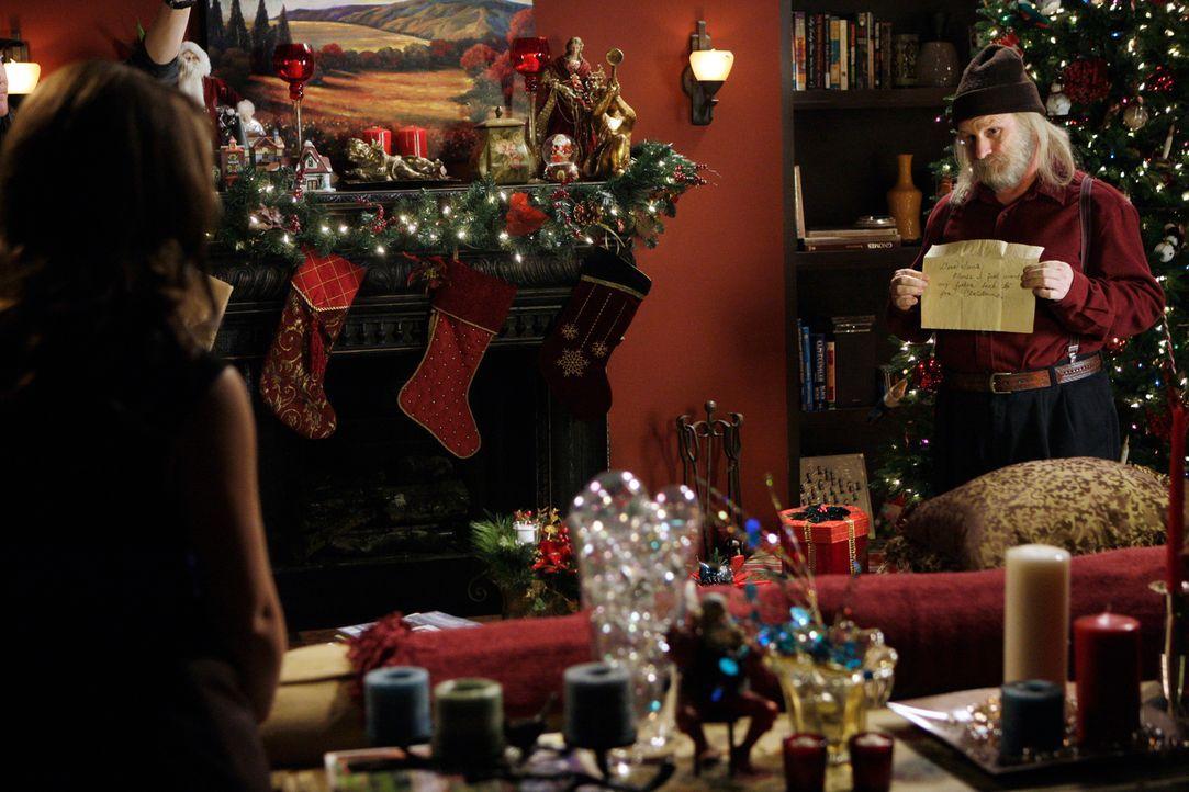 Melinda (Jennifer Love Hewitt, l.) hat es diesmal mit einem Geist zu tun, der glaubt, dass er  Santa Claus (Gordon Clapp, r.) ist ... - Bildquelle: ABC Studios