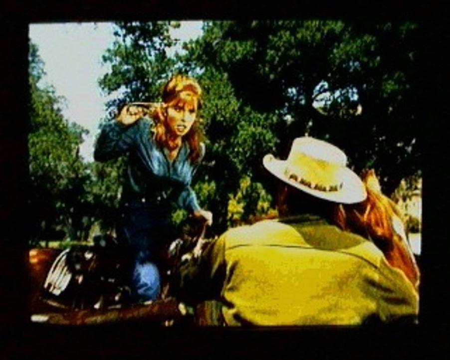 Bei einem nachbarschaftlichen Besuch der Fergusons auf der Ponderosa-Ranch schäkert Laurie Ferguson (Lynn Loring, l.) heftig mit Little Joe (Michael... - Bildquelle: Paramount Pictures